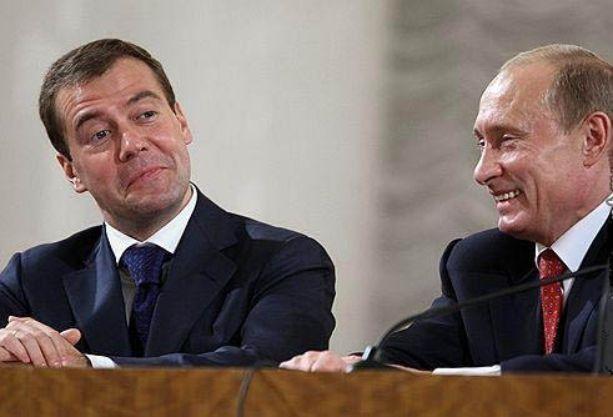 медведев и путин смеются