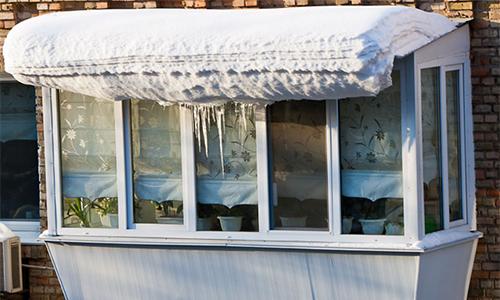 балкон со снегом