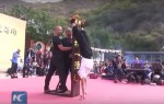 Шаолиньский монах 10 секунд простоял на указательном пальце