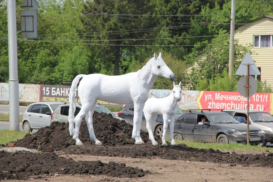 статуя белой лошади с жеребенком