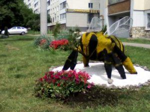 арт-объект в виде фигуры пчелы